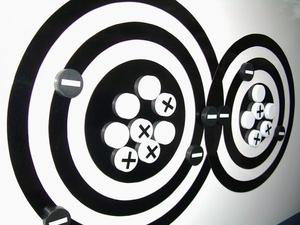 Interaktives Atommodel nach Bohr, Mit weißer Unterlage und schwarzen Bahnen