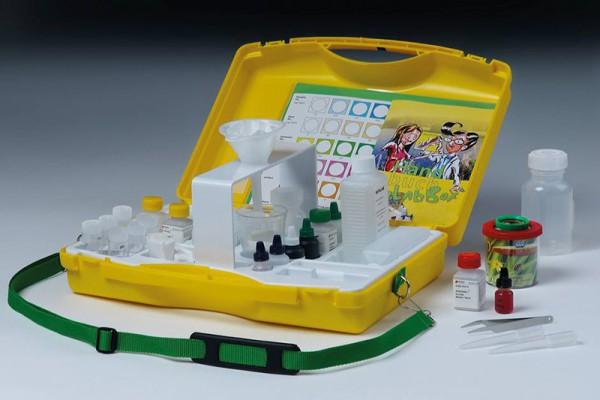 Koffer mit Umhängegurt, gelb, Verschluss grün, Tiefzieheinlage weiß um UT eingeklebt, Stativ grau ei